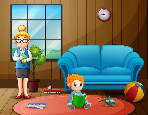 Воспитатель детского сада с мальчиком в игровой комнате
