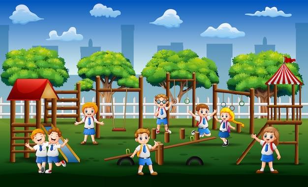 Счастливые школьники играют в общественном парке