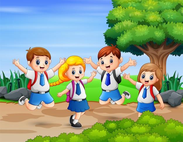 Школьники веселятся в парке