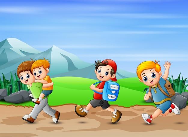 Сцена многих мальчиков, бегущих по дороге