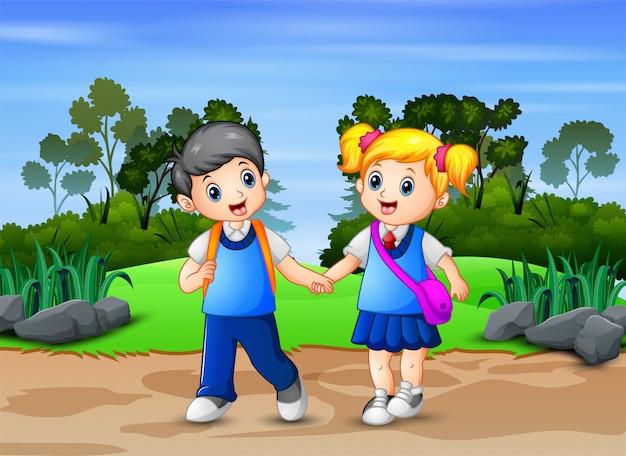 公園を歩いて幸せな学校の子供たち