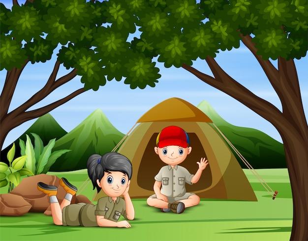 Двое детей, кемпинг в лесу иллюстрации