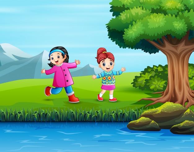Двое детей веселятся в парке