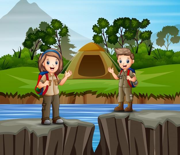川でキャンプをする子供たち