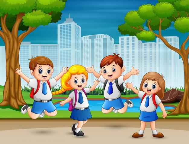 Смешные дети в школьной форме в парке