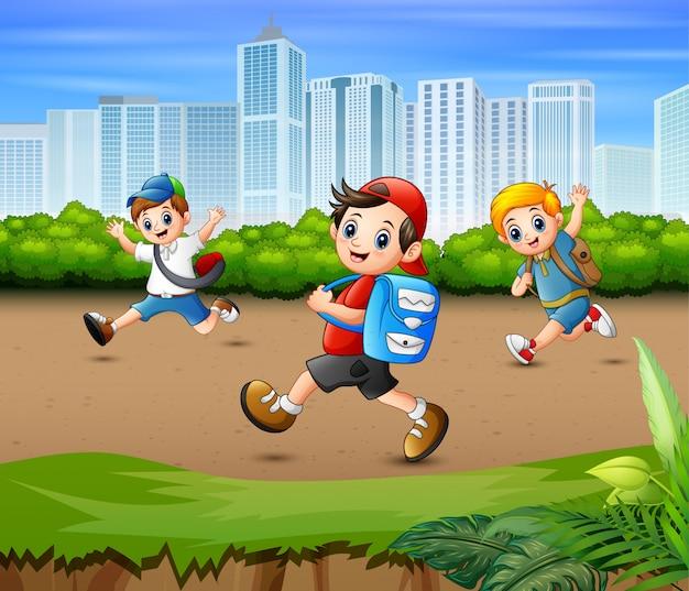 Счастливые парни бегут по парковой дороге
