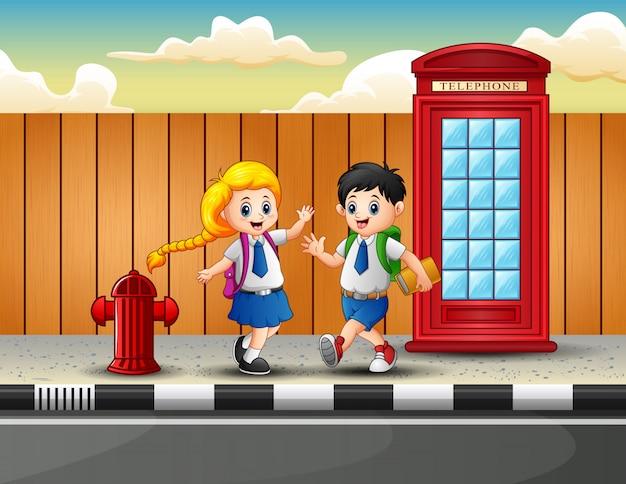 Счастливый студент гулять и ходить в школу