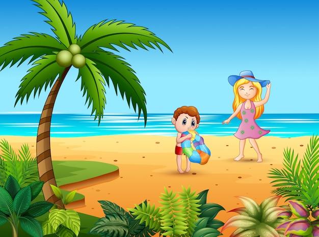 母と息子がビーチで楽しんで