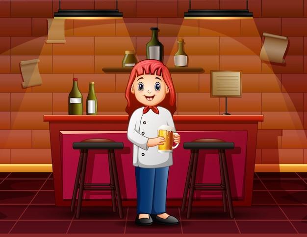 バーでガラスビールを保持している女性のバーテンダー