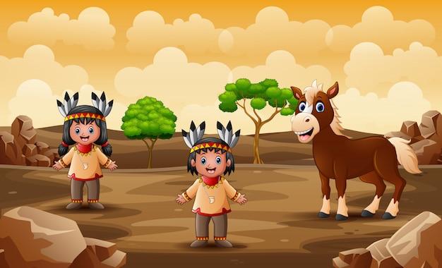 乾燥した土地で馬とインドのカップル