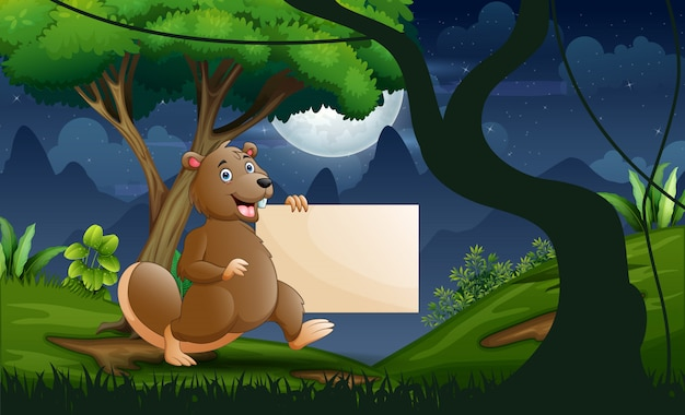 Бобр держит пустой знак в лесу