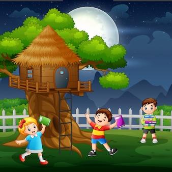 多くの子供たちが木の家で楽しんで