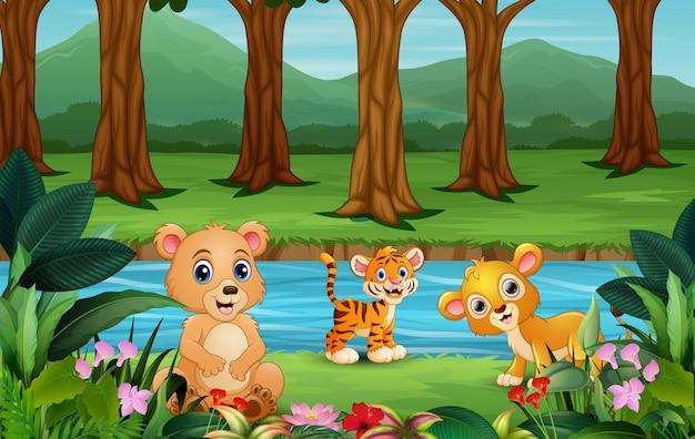 Счастливое животное играет на берегу реки