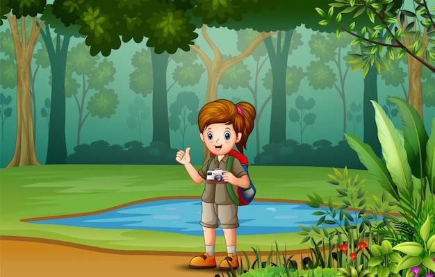 Девушка-исследователь в лесу