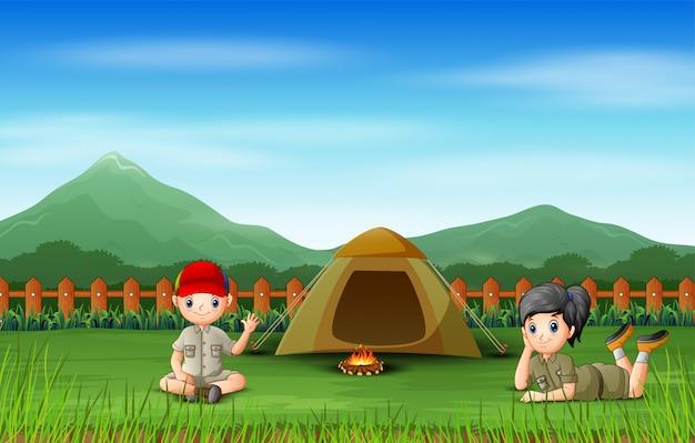 幸せな子供たちはキャンプ場で休む