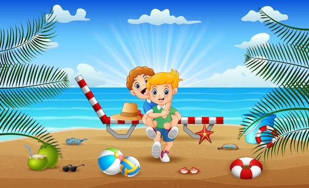 Счастливый мальчик играет на пляже