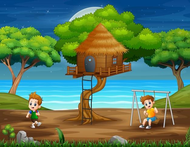 公園で遊んでいる幸せな子供