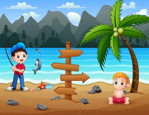 Счастливые мальчики наслаждаются на пляже