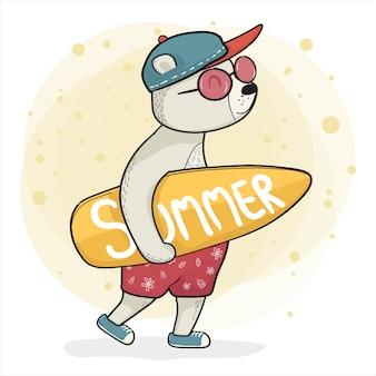 スニーカーでクールなクマ、サーフボードを抱えて、夏の時間