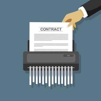 Рука положить контракт бумаги в шредер машины.