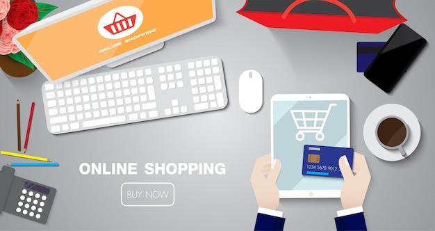 テーブルの上のクレジットカードでタプレットとオンラインショッピング販売