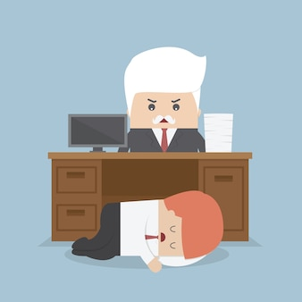 従業員は机の下で眠っており、怒っている上司