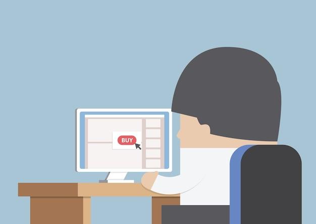 Бизнесмен делает покупки онлайн перед компьютером