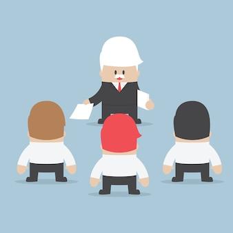 ビジネスマンは従業員に仕事を分ける