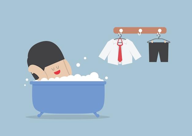Бизнесмен принимает ванну и отдыха в ванной