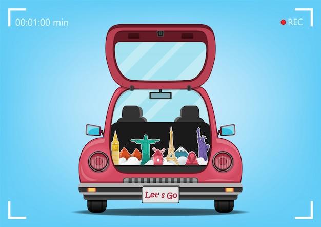 Счастливый путешественник на красном багажнике автомобиля с проверкой в пункте путешествия по всему миру концепции на фоне голубого сердца