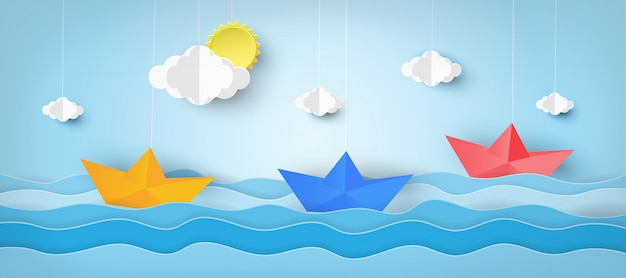 海の波で紙から作られたボート。