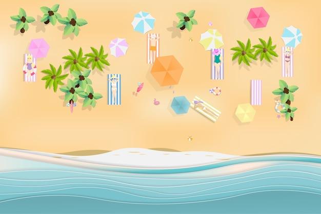 Вид сверху фоне летнего пляжа с синим морем.