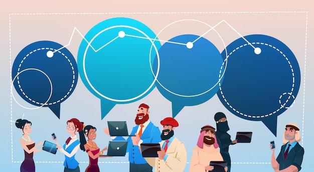 ガジェットを使用して人種グループを混ぜるチャットバブルソーシャルネットワークコミュニケーションの概念