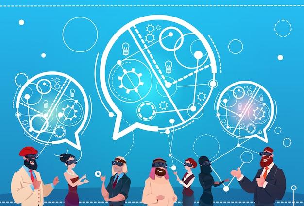 ミックスレース人のグループ着用デジタルリアリティーグラスチャット泡ソーシャルネットワークコミュニケーションコンセプト