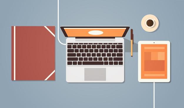 職場のデスクトップアングルビューラップトップとタブレットコンピューター
