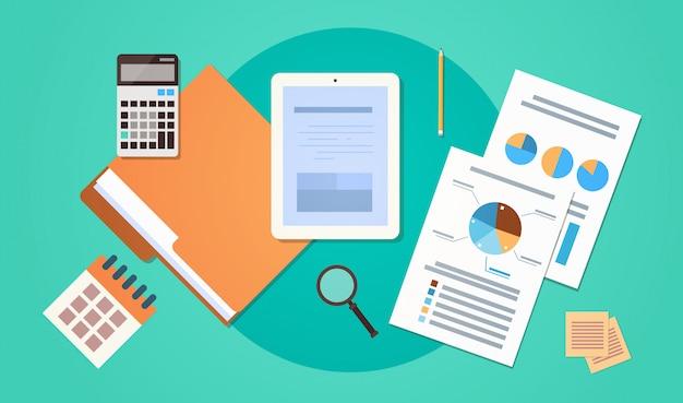 紙文書が付いている職場の机上角度の眺めのタブレットコンピュータは財政のグラフを報告します