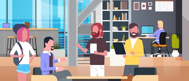 Коворкинг интерьер офиса со случайными людьми, работающими, группа бизнесменов в центре сотрудников