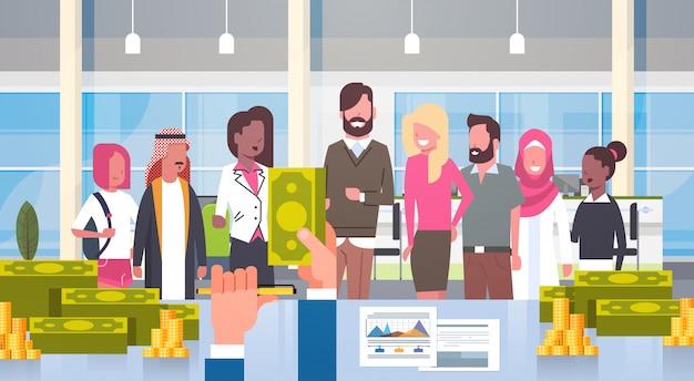 Деловой человек босс дает деньги, чтобы смешать расы группа бизнесменов, успешная зарплата команды или бонус