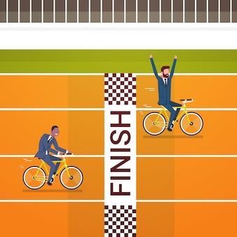 幸せなビジネス男クロスフィニッシュライン乗馬自転車ラインのリーダーシップと競争の概念