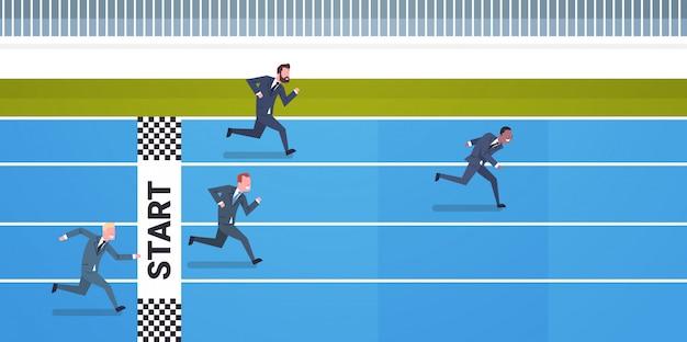 ラインをフィニッシュするために実行しているビジネス人々のリーダーシップと競争の概念グループ