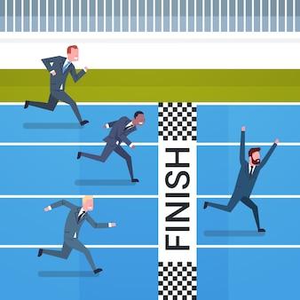 ラインのリーダーシップと競争の概念を終えるために交差した幸せなビジネスマン