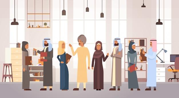 Мусульманская команда деловых мужчин и женщин в современном офисе