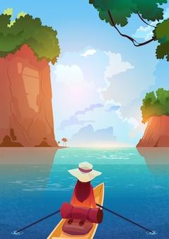 山の湖でボートに浮かぶ女夏の冒険休暇の概念