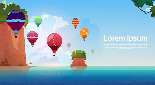 Воздушные шары, летящие над летним морским пейзажем горные скалы голубая вода