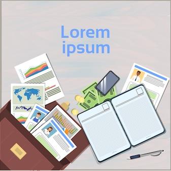 Концепция рабочего места открытый чемодан на офисном столе с резюме резюме и папками документов верхний угол