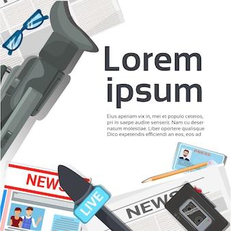 Журналист на рабочем месте концепция вид сверху газеты, микрофоны, магнитофон