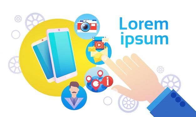 Концепция связи социальной сети беседы телефона удерживания руки умная социальная