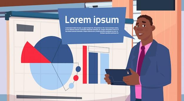 Афро-американский бизнесмен, проведение презентации стенд за борт с диаграммами и графиком бизнеса