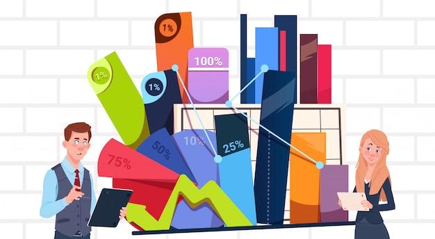 Бизнесмен и предприниматель, проведение презентации стоять над диаграммами и графиком деловая женщина