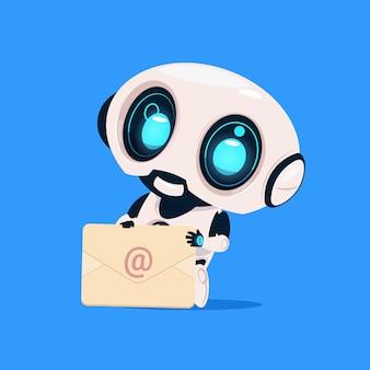 かわいいロボットは、青い背景技術に封筒メール通知分離アイコンを保持します